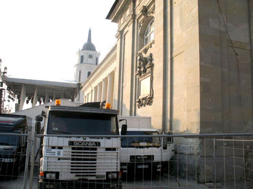 Fotografija Nr.1. Mobilio el. Gamybos stotys prie Vilniaus Arkikatedros.
